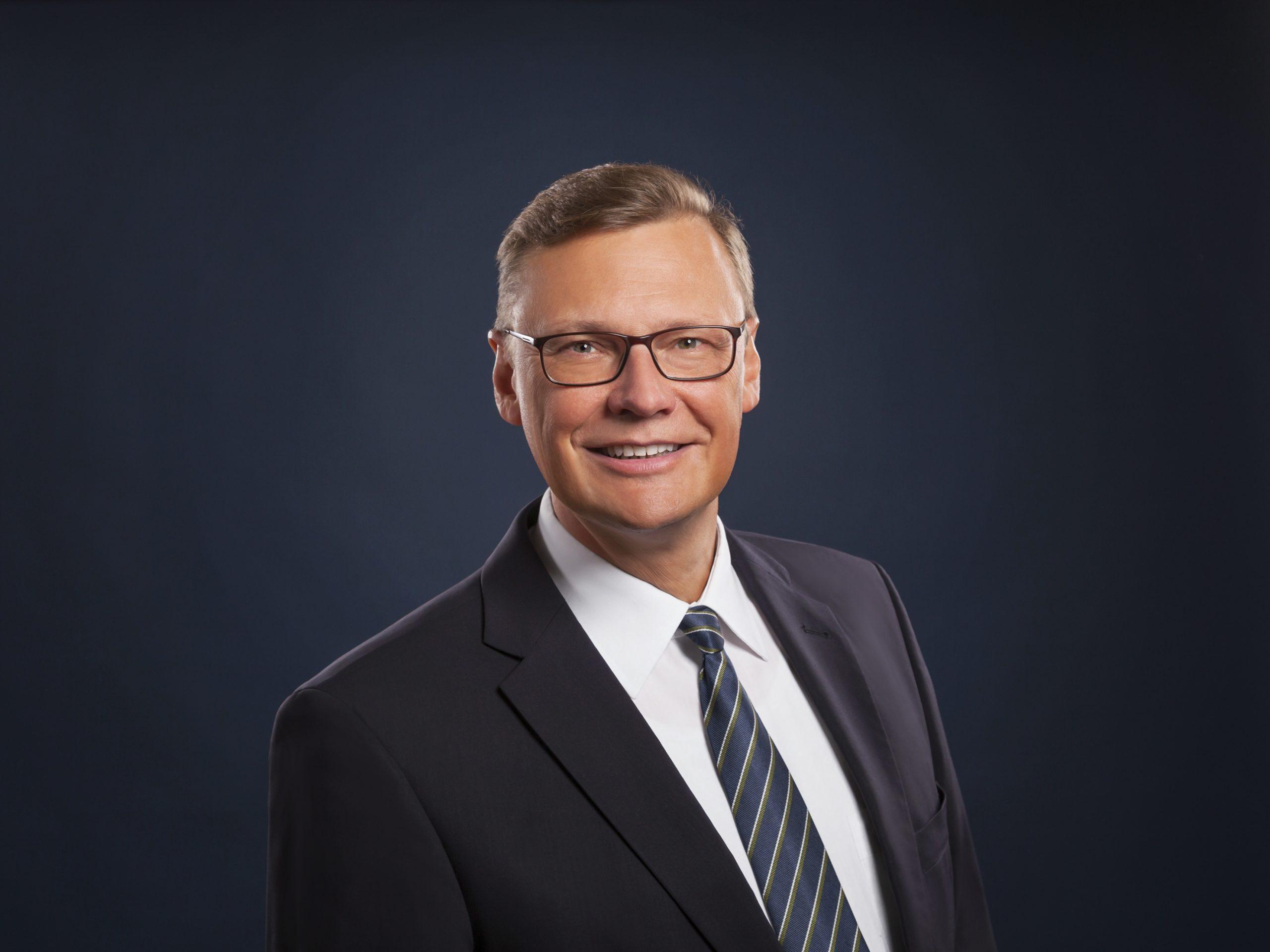 Profilbild von Volker Petersen; schwarzer Hintergrund