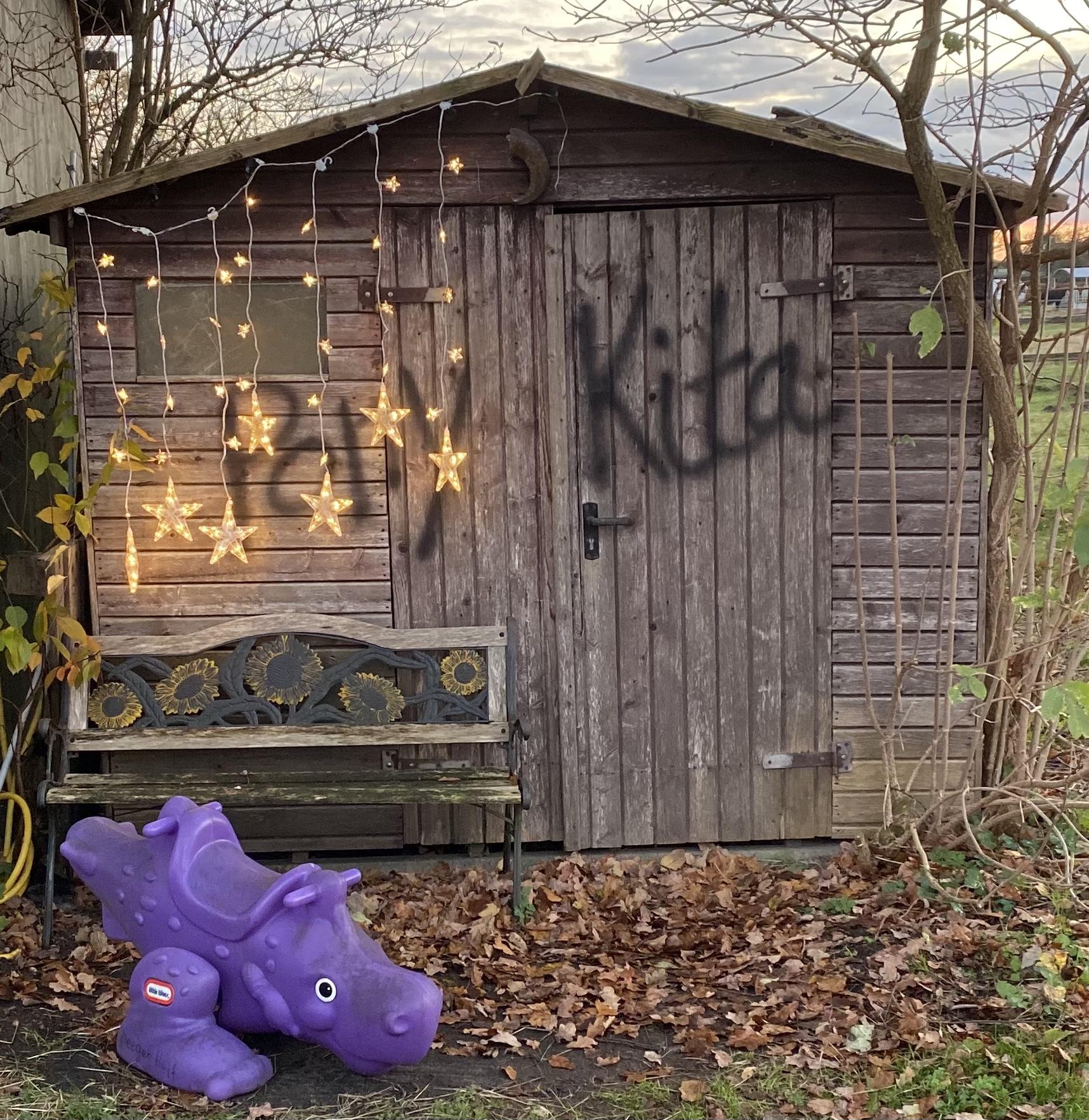 Holzhütte der Pony Kita